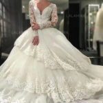 How does a round-faced bride choose a wedding dress? Don't wear a high collar