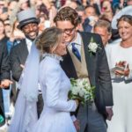 Ellie Goulding is married!Her long sleeve high collar wedding dress is really charming